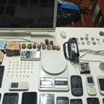 Policiais apreendem drogas e produtos roubados em Caruaru